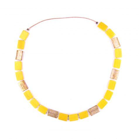 Collana lunga con rettangoli color giallo e oro