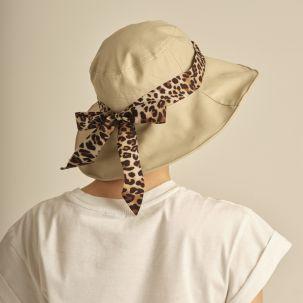 Cappello in tessuto beige con nastro maculato