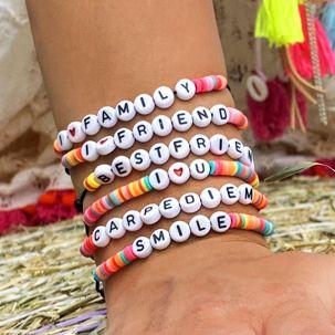 Bracciali/Cavigliere KANDI con scritte e perline multicolor